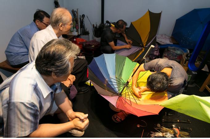 관람객의 우산을 수리하고 있는 모습